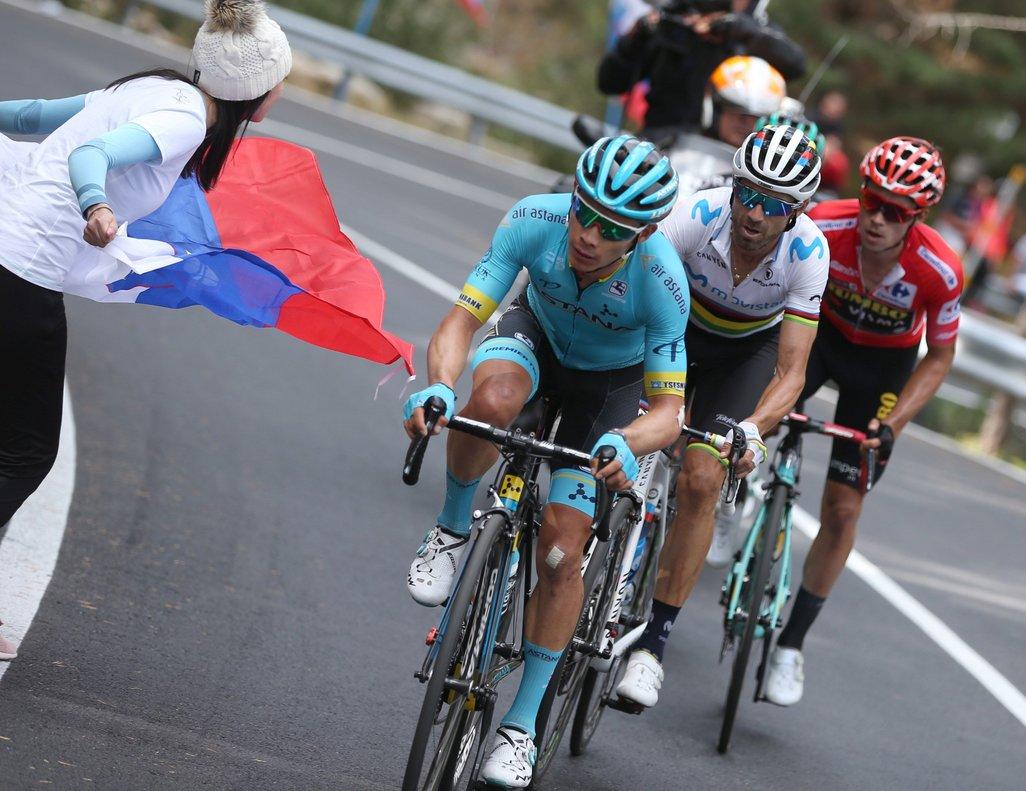 Miguel Ángel López tira de Valverde y Roglic en la etapa de La Vuelta.