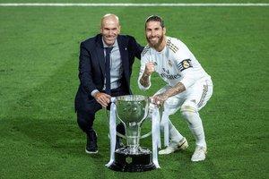 Sergio Ramos (d) y Zidane posan con el trofeo de campeón de la Liga.