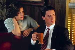 Sherilyn Fenn (Audrey Horne) y Kyle MacLachlan (Dale Cooper), en una escena de Twin Peaks.
