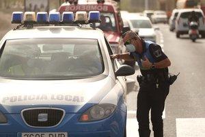 Un agente de policía en los alrededores del hotel de Tenerife en el que están confinadas 1.000 personas por un positivo en coronavirus.