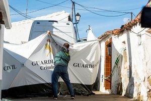 Agentes de la Guardia Civil continúan con el registro de la casa de Bernardo Montoya.
