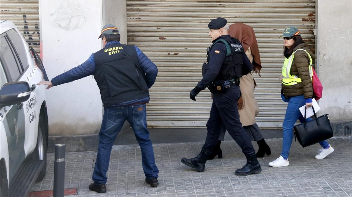 Agentes de la Guardia Civil se llevan a la detenida.