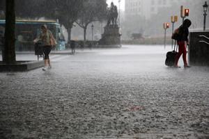 Foto darxiu duna forta pluja a la plaça de Catalunya, Barcelona.