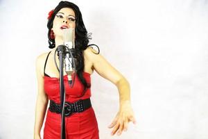Aly Alma se caracteriza en sus conciertoscomo AmyWinehouse.
