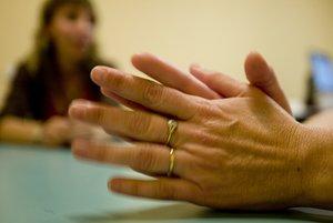 Estas alianzas además de brindar la ubicación vía GPS, activan una notificación en caso de que la pareja se quite el anillo de su dedo.