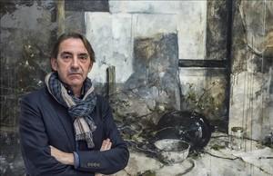 Antoni Borrell, junto a uno de sus lienzos expuestos en la galería Ignacio de Lassaletta.