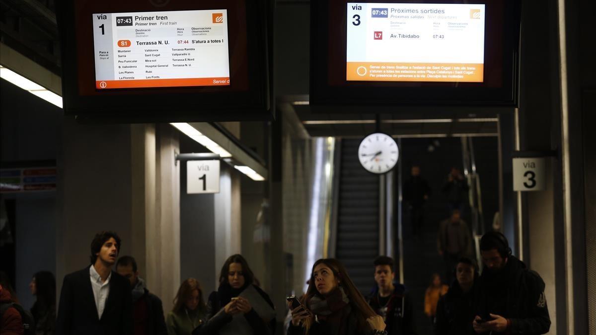 Anuncio de retrasos en la S1 dirección Terrassa, en la estación de los FGC de Gràcia.