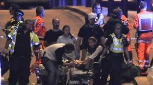 Un equipo de emergencia atiende a unos de los heridos del ataque terrotistadel pasado 4 de junio.