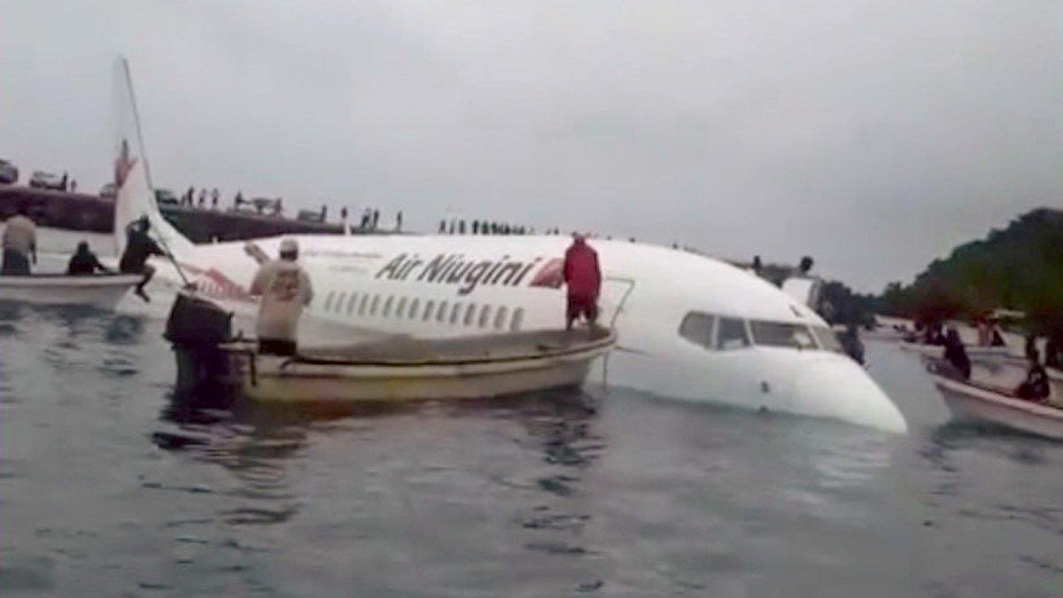 Un avión cae en una laguna y se salvan todos