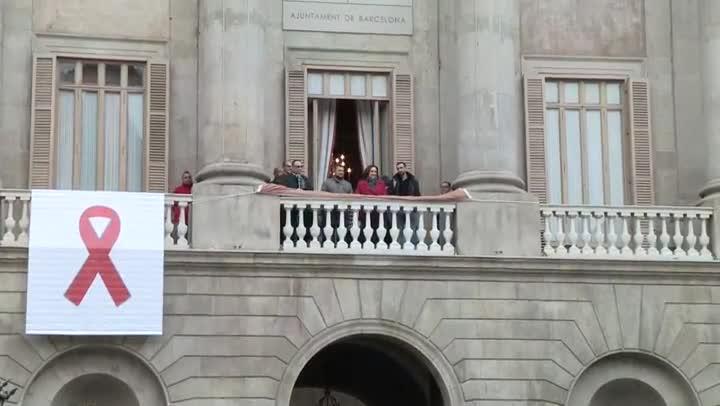 El Ayuntamiento de Barcelona y la Generalitat lucen tapices por el sida