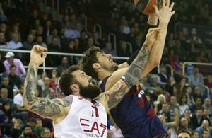 El azulgrana Tomic lucha por un rebote con Raduljica