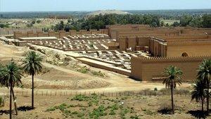 Vista de la antigua ciudad de Babilonia desde el palacio del derrocadogobernante iraquí Sadam Hussein.