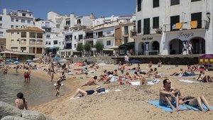 Bañistas disfrutan del primer día sin estado de alarma en la playa en la Calella de Palafruguell.