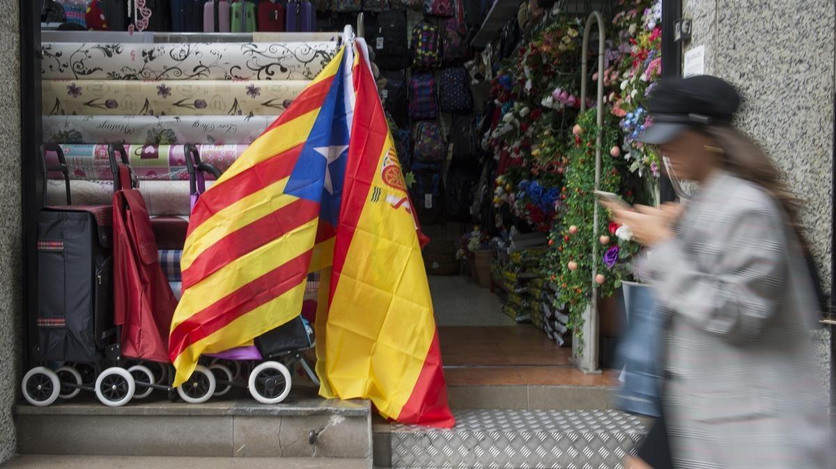 Bazar chino con banderas independentistas y españolas en su exterior.