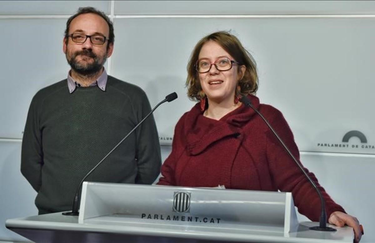 Benet Salellas y Eulàlia Reguant presentan las enmiendas de la CUP a los presupuestos de la Generalitat.