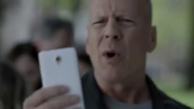 Bruce Willis passeja per Barcelona en lanunci de Vodafone Itàlia.