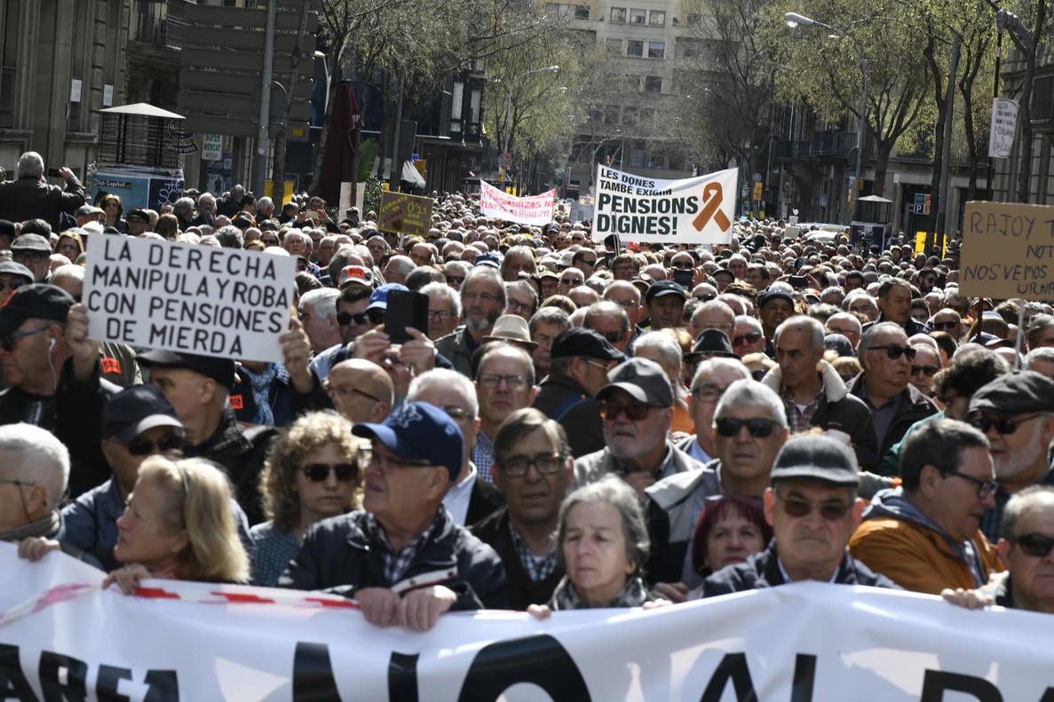Cabecera de la manifestación de los pensionistas del 17 de marzo en Barcelona.