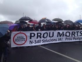 Cabecera de la manifestación en la N-340 a su paso por El Perelló, el mediodía de este sábado.
