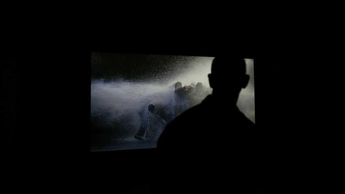 Videoproyección de The Raft, de Bill Viola, en la muestra de Caixaforum.