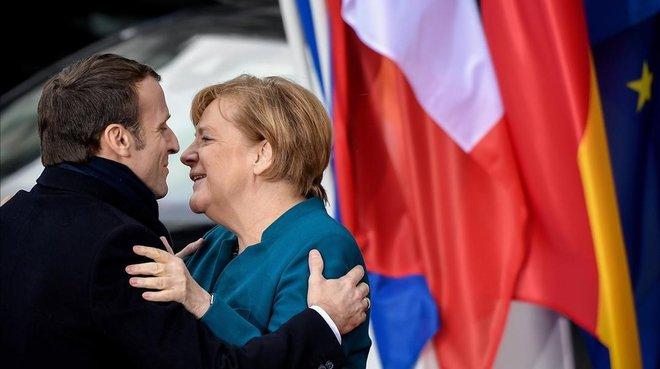 La cancillera alemana Angela Merkel y el presidente galo Emmanuel Macron, a su llegada a la firma del Tratado de Aquisgran que se celebro este martes en Aquisgran (Alemania).