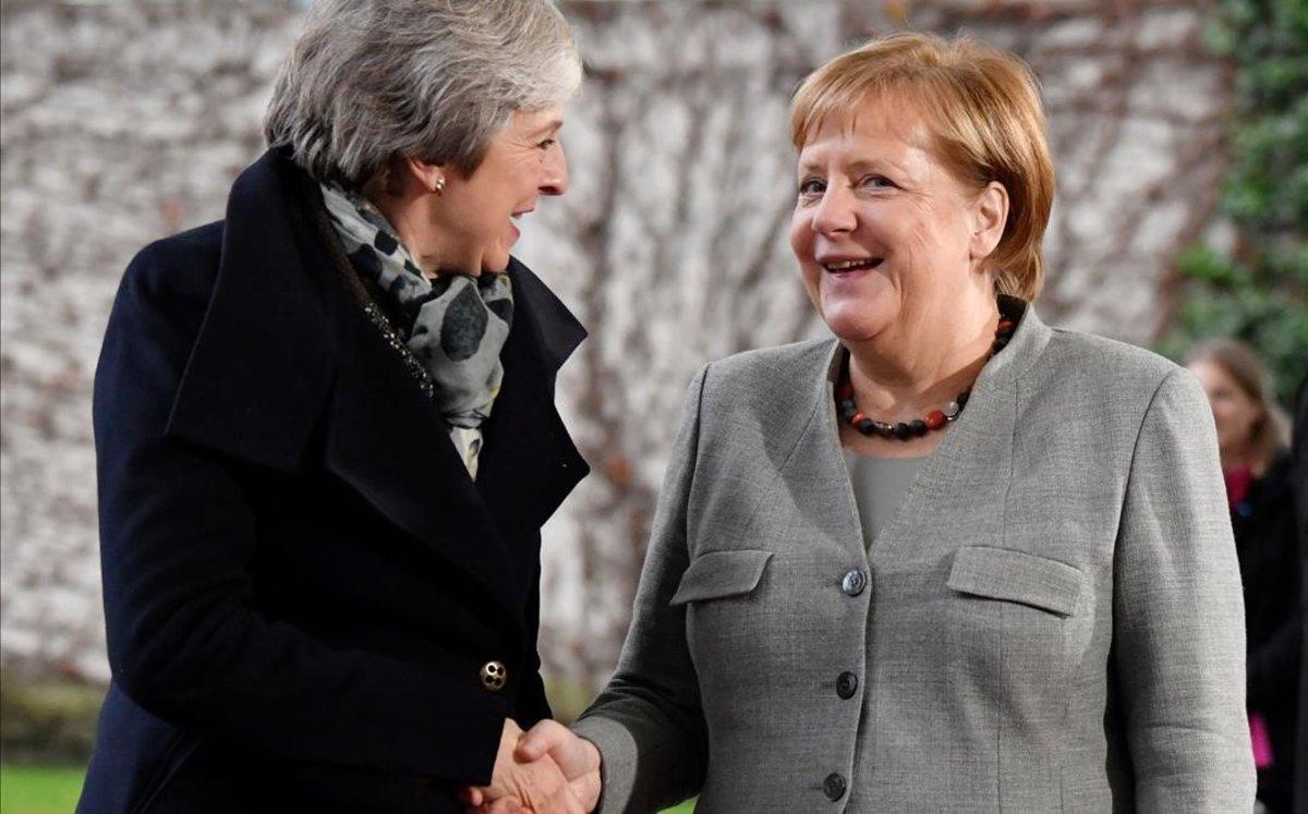 La cancillera alemana Angela Merkel (derecha) saluda a la primera ministra británica, Theresa May, en Berlín.