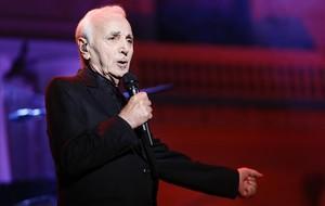 El cantante Charles Aznavour durante su actuación en el Festival Jardins de Pedralbes.