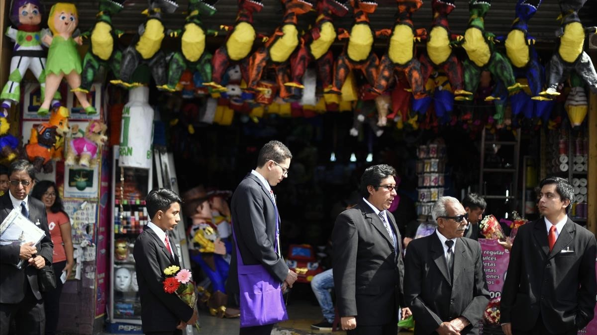 Católicos participan en la procesión en la ciudad de Guatemala.