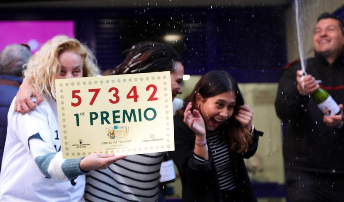 Celebración del primer premio de la Lotería del Niño en la administración Doña Manolita, en Madrid.