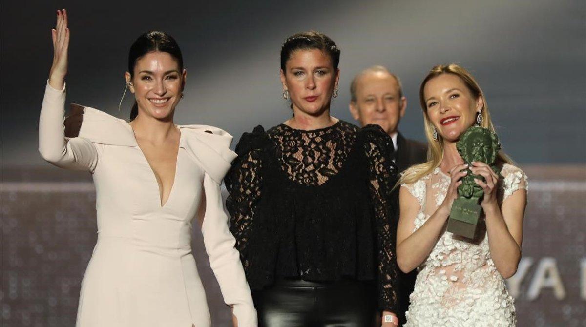 Celia, Tamara y María, las hijas de Marisol, recogen el premio honorífico para su madre.