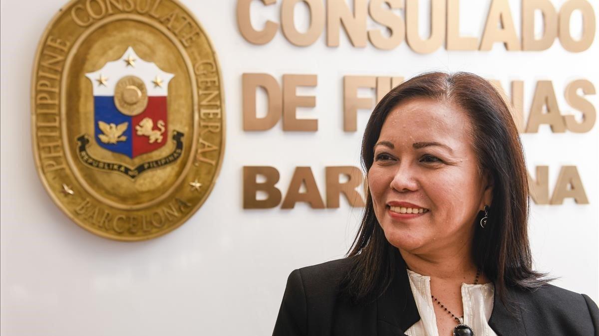 Chona Abiertas Tenorio, consul honoraria de Filipinas en Barcelona, en su despacho.