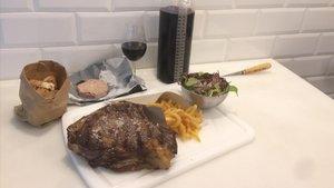 Chuletón, con patatas, ensalada y paté de hígado de cerdo, y el vino por centímetros.