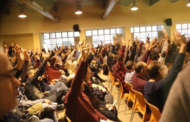 Votación durante la asamblea de trabajadores de metro, la tarde del jueves en la sede de la UGT, en Barcelona.