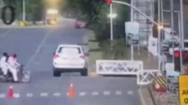 El coche con el que circulaba el diplomático estadounidense en Islamabad se salta un semáforo rojo y arrolla una motocicleta.