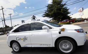 El coche sin conductor Lexus de Google, circulando por las calles de Mountain View (California).