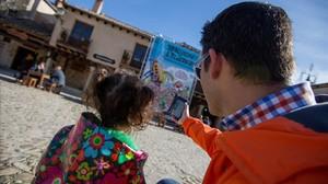 Compra de un 'ebook' de Mortadelo capturando portada desde el móvil, en el acto del quinto aniversario del Kindle de Amazon en España.