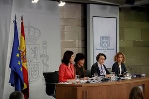 La ministra de Sanidad,Carmen Montón; la portavoz del Gobierno, Isabel Celaá; la de Trabajo, Magdalena Valerio; y la de Política Territorial y Función Pública, Meritxell Batetdurante la rueda de prensa posterior al Consejo de Ministros.