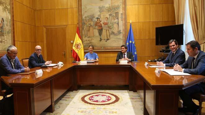El Consejo de Ministros aprueba la prórroga de los ERTE. En la foto, los ministros de Trabajo, Yolanda Díaz, y Seguridad Social, José Luís Escrivá, junto a los máximos representantes sindicales y patronales, en una foto del pasado mes de junio.