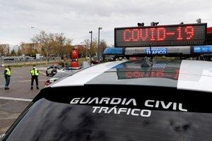MADRID, 24/03/2020.- Efectivos de la Guardia Civil realizan un control de tráfico en la M-40, en las proximidades del Hospital Temporal de la Comunidad de Madrid ubicado en Ifema. EFE/ Chema Moya