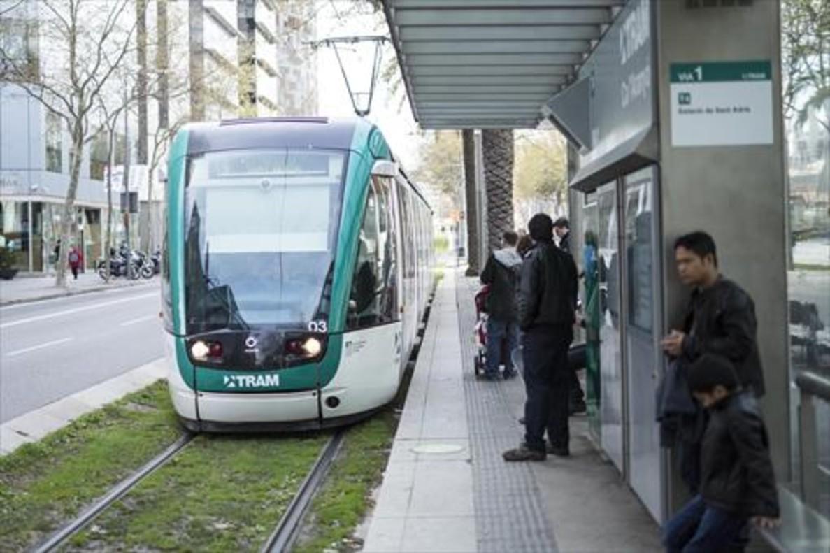 Un convoy del Trambaix llega a una parada cerca de la plaza de las Glòries.