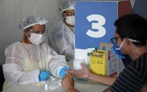 Personal médico realizapruebas de COVID-19 en una favela de Río de Janeiro, Brasil.