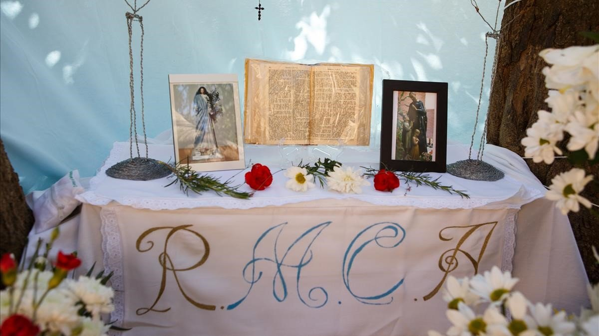 Altar que el Grupo de Oración de la Virgen del Árbol ha creado a los pies del algarrobo sagrado bajo la Cruz de Montigalà.