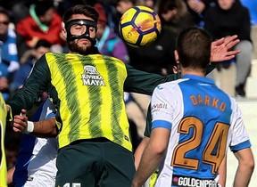 David López intenta controlar el balón ante Darko Brasanac.