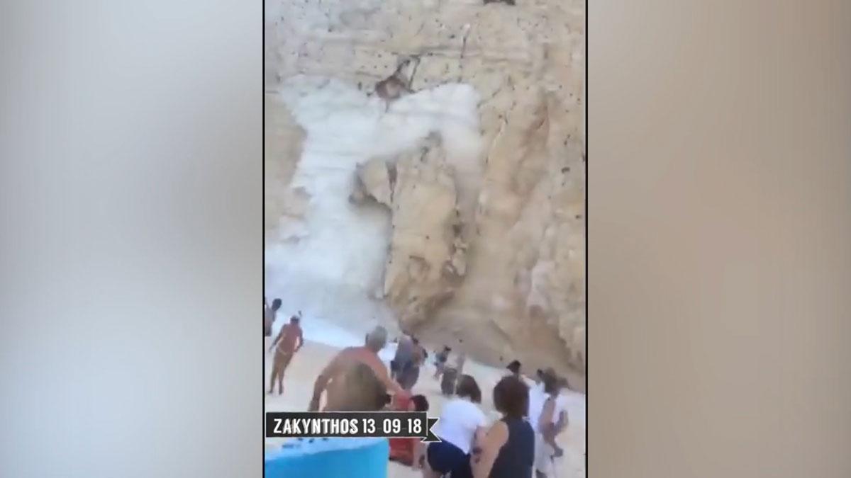 Set turistes ferits en un despreniment de roques en una famosa platja grega
