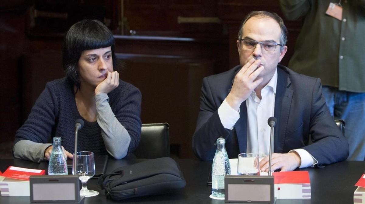 La diputada de la CUP Anna Gabriel y el de Junts pel Sí Jordi Turull, en una reunión de la Junta de Portavoces del Parlament.