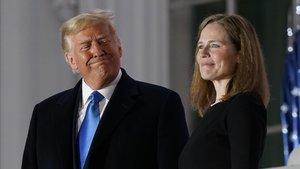 Donald Trump y la jueza Amy Coney Barret, tras ser confirmada como miembro del Tribunal Supremo el pasado lunes.