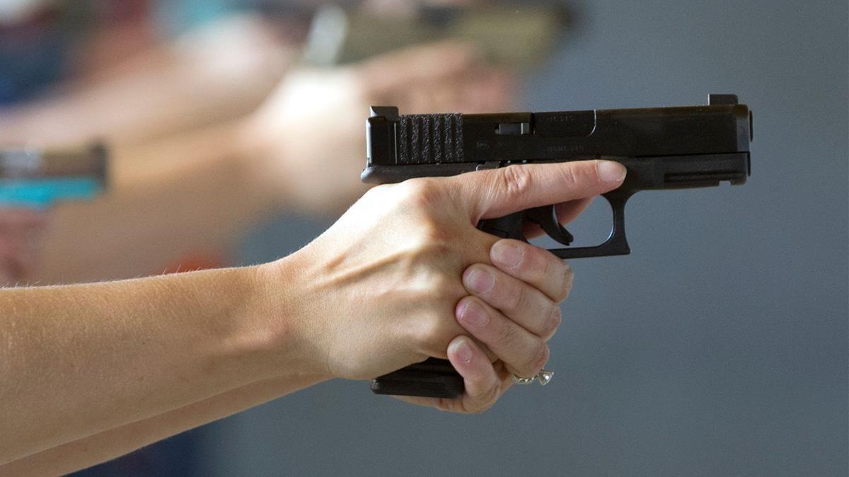 Un hombre sujeta una pistola en una