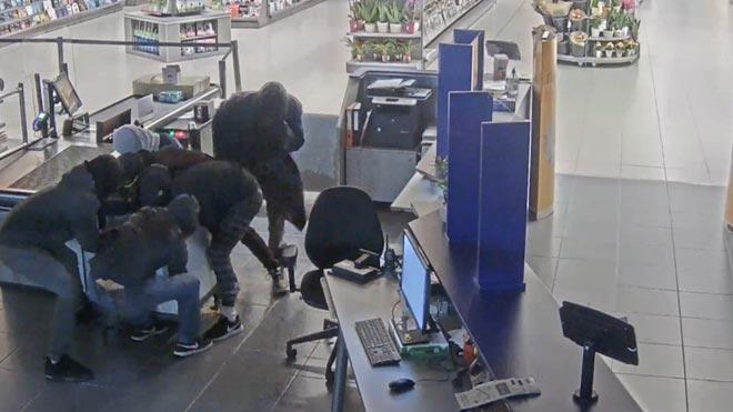 Dos detenidos por robar en locales esenciales durante el confinamiento.