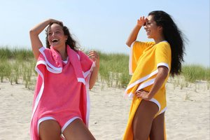Dos modelos luciendo sendos towelkinis.