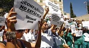 Enfermeras del Gregorio Marañón se manifiestan en defensa de la compañera que atendió al bebé fallecido, ayer en Madrid.