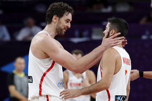 GRA301. ESTAMBUL (TURQUÍA) , 17/09/2017.- Los jugadores de la selección española de baloncesto Pau Gasol (i) y Juan Carlos Navarro (d) celebran su victoria ante Rusia por 93-85 en el partido por el tercer y cuarto puesto del Eurobasket 2017 disputado hoy en Estambul. EFE/Juan Carlos Hidalgo